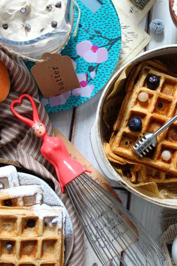 Waffles alle patate dolci con gocce di cioccolato