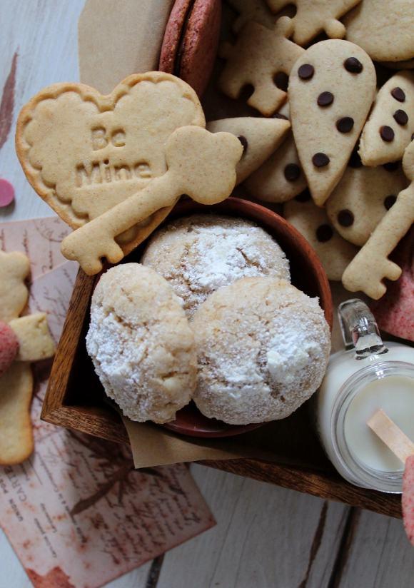 Scatola di biscotti (cookie box) di San Valentino con simil gocciole, fiorellini, cuori, chiavi...