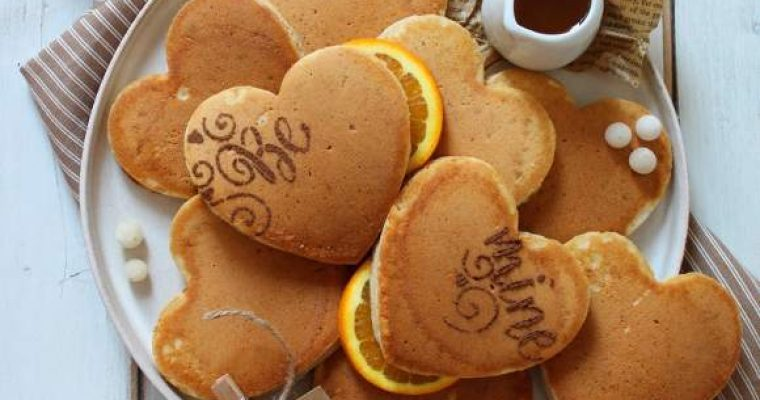 Pancakes a forma di cuore senza uova senza lattosio senza burro