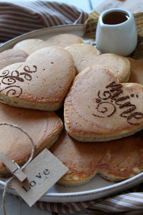 Pancakes a forma di cuore senza uova senza burro senza lattosio