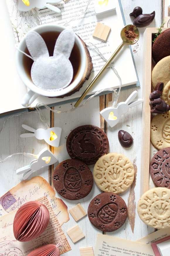 Biscotti con timbro a tema Pasquale vaniglia e cacao senza uova senza burro con tè a forma di coniglietto