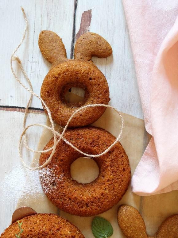 Ciambella a forma di coniglietto alle carote e yogurt greco senza uova