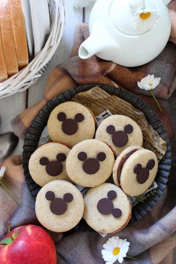 Sandwich cookies con decorazioni a forma di Topolino senza uova senza burro