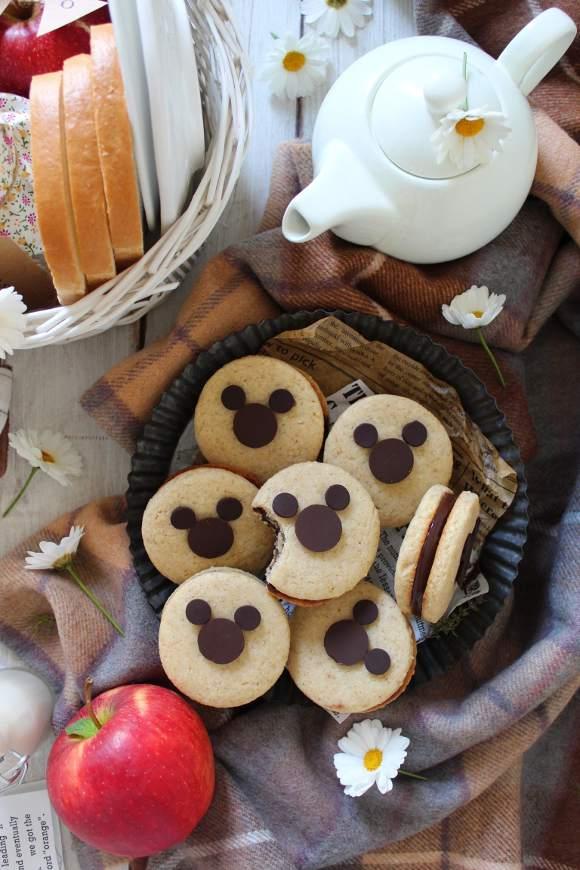 Sandwich cookies con decorazioni a forma di Mickey Mouse senza uova senza burro