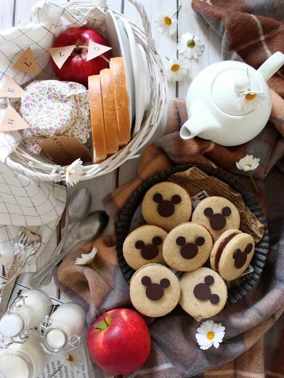 Sandwich cookies con decorazioni a forma di Topolino (Mickey Mouse) senza uova senza burro