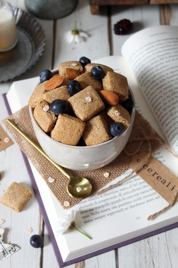Cereali fiocchi d'avena mandorle con burro di nocciole e sciroppo d'acero vegani