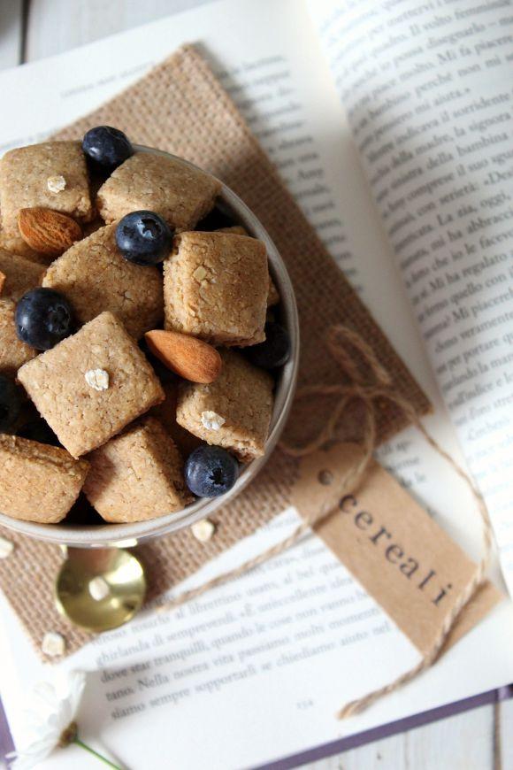 Cereali per la colazione fatti in casa fiocchi d'avena mandorle con burro di nocciole e sciroppo d'acero vegan