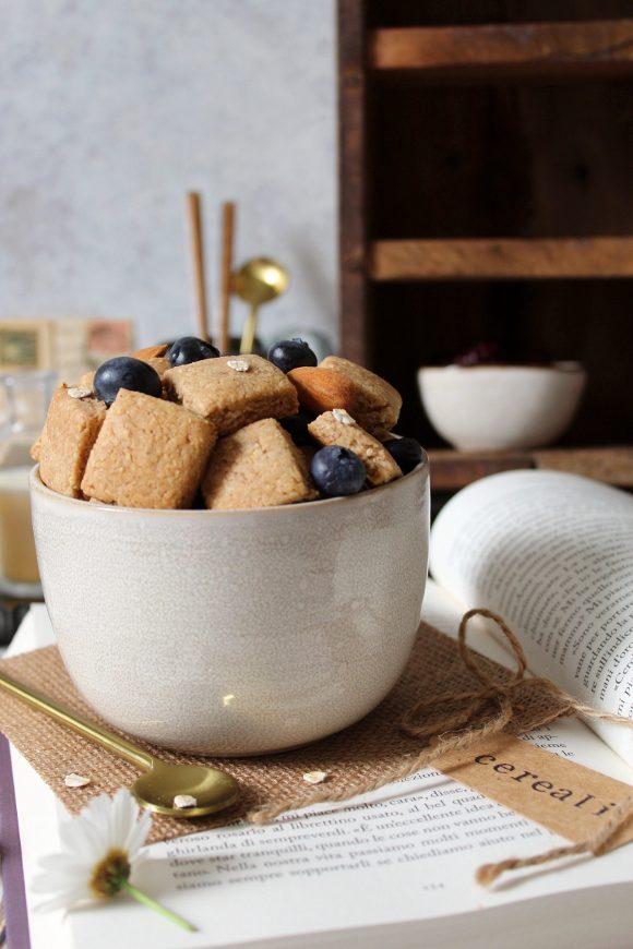 Cereali fiocchi d'avena mandorle con sciroppo d'acero e burro di nocciole vegan