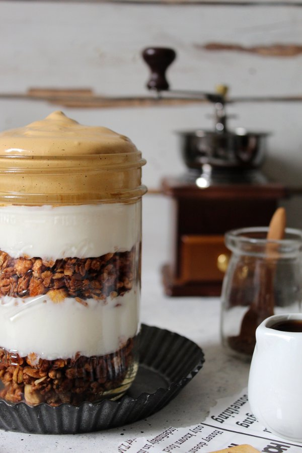 Dalgona coffee con yogurt greco granola in barattolo