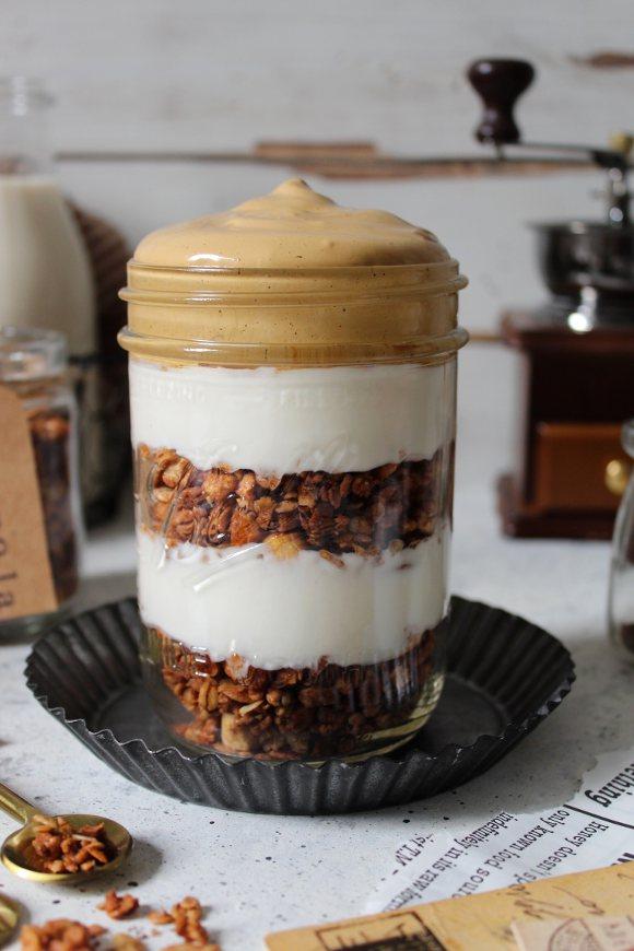 Dalgona coffee yogurt greco granola dolce al cucchiaio in barattolo