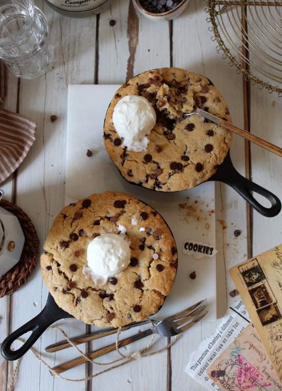 Skillet Chocolate chip cookie con gocce di cioccolato fondente e al latte senza uova senza burro