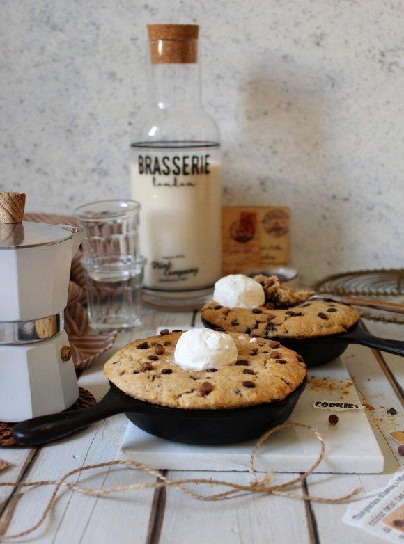 Skillet Chocolate chip cookies con gocce di cioccolato fondente e al latte senza uova senza burro