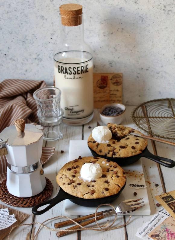 Mini Skillet Chocolate chip cookies con gocce di cioccolato fondente e al latte senza uova senza burro