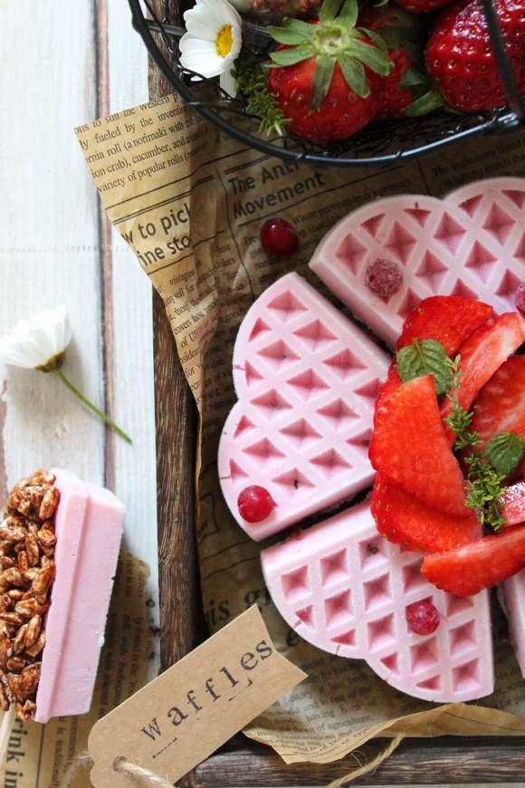 Frozen yogurt a forma di waffles alla fragola con base di coco pops