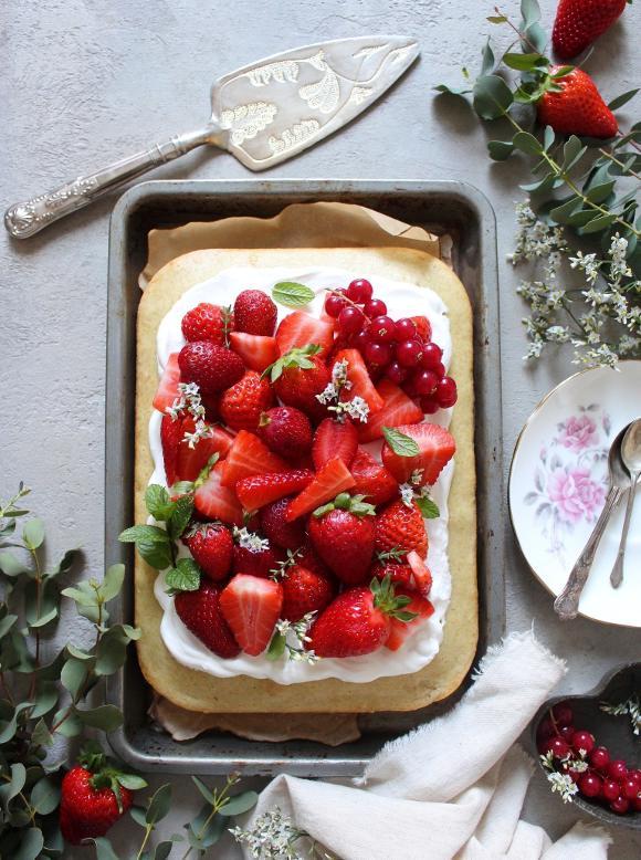Torta sheet cake al limone e mandorle con panna e fragole senza uova senza burro