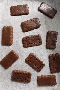 Cereali al cacao a forma di frollini all'acqua senza uova senza burro