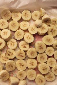 preparazione Frozen Smoothies al cucchiaio con banane e fragola liofilizzata