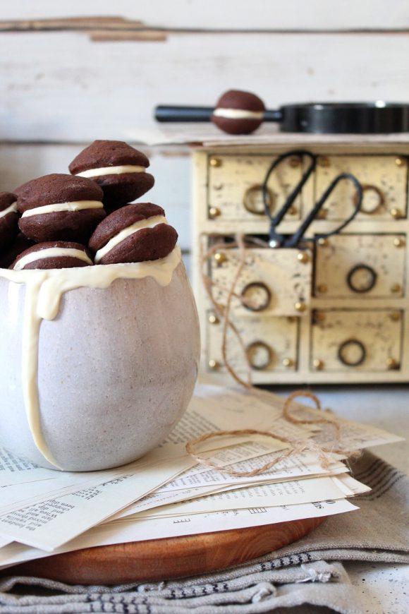 mini cereali Whoopie pie al cacao senza uova farciti con cioccolato bianco