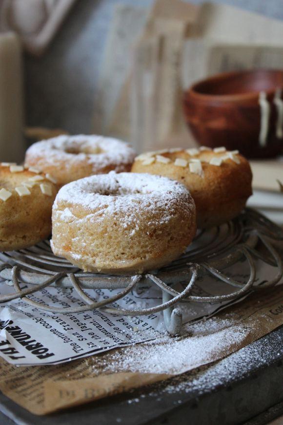 Ciambelle al forno aromatizzate al limone con cioccolato bianco senza uova