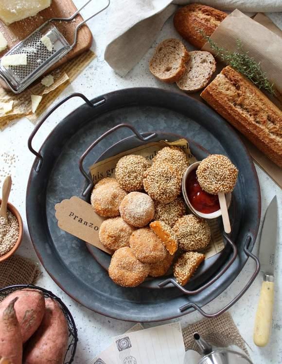 Crocchette di patate dolci al forno con formaggio grattugiato e sorpresa di feta senza uova