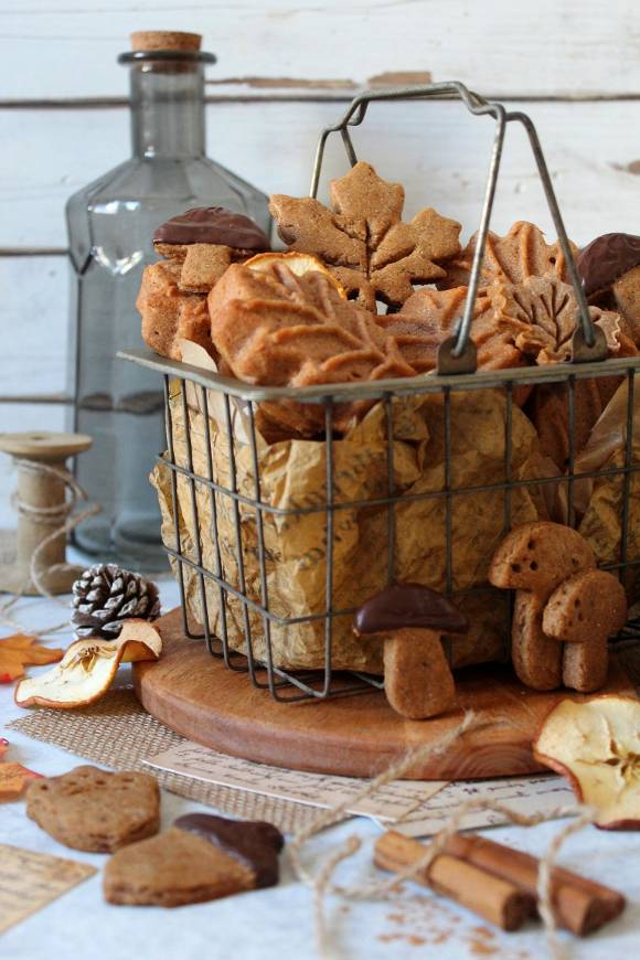 Tortine e biscotti a forma di foglie con farina di castagne e sciroppo d'acero vegan