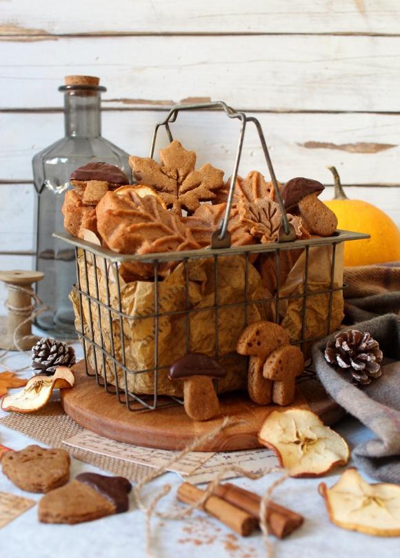 Tortine vegane a forma di foglie con farina di castagne e sciroppo d'acero