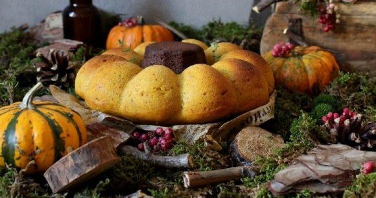 Torta a forma di zucchetta con farina di castagne frutta secca e sciroppo d'acero vegan