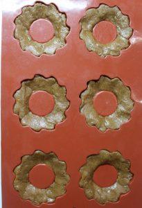 preparazione stampo in silicone dei Biscotti al miele di zenzero e speziati alla cannella senza uova senza burro