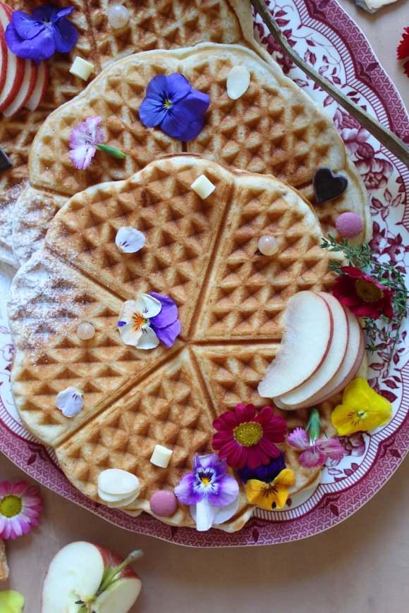 Waffles alle mandorle e cioccolato bianco guarniti con bottoni di cioccolato ruby senza uova