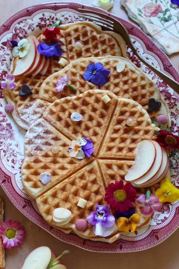Waffles alle mandorle e cioccolato bianco decorati con fiori eduli senza uova