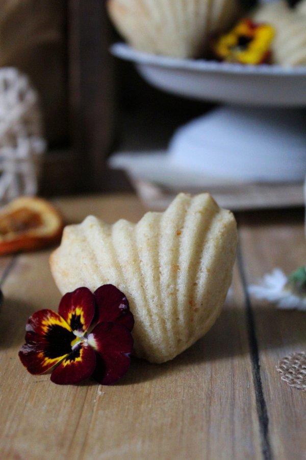 Madeleine a forma di cuore aromatizzate all'arancia guarnite con fiori eduli vegan
