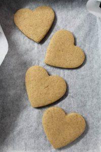 Biscotti a forma di cuore avena sciroppo d'acero e cannella vegan