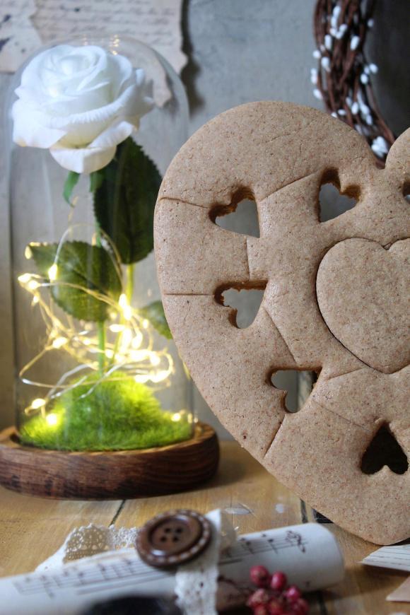 Biscotto gigante a forma di cuore avena sciroppo d'acero e cannella vegan