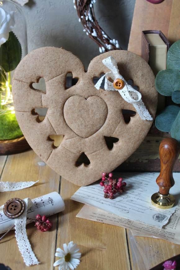 Biscottone per San Valentino a forma di cuore avena sciroppo d'acero e cannella vegan