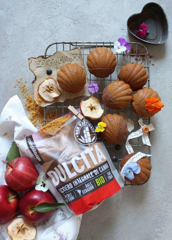 Madeleine con purea di mela gocce di cioccolato e zucchero integrale dulcita senza uova senza burro