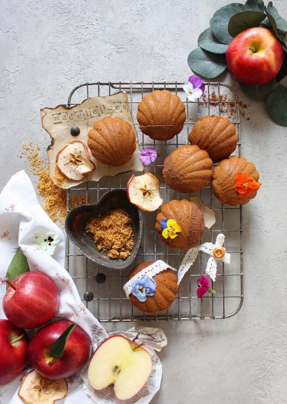 Madeleine con purea di mela gocce di cioccolato e zucchero integrale senza uova senza burro