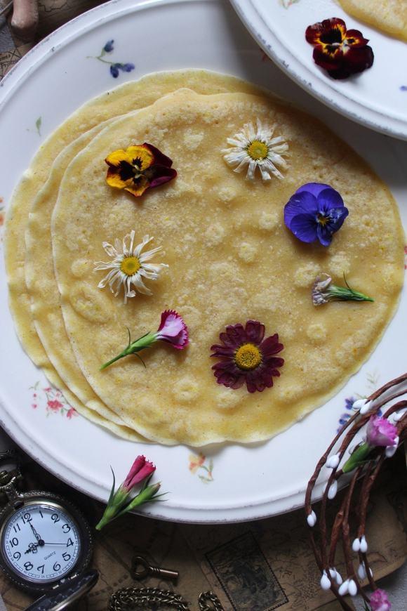 Crespella dolce con fiori eduli vegan