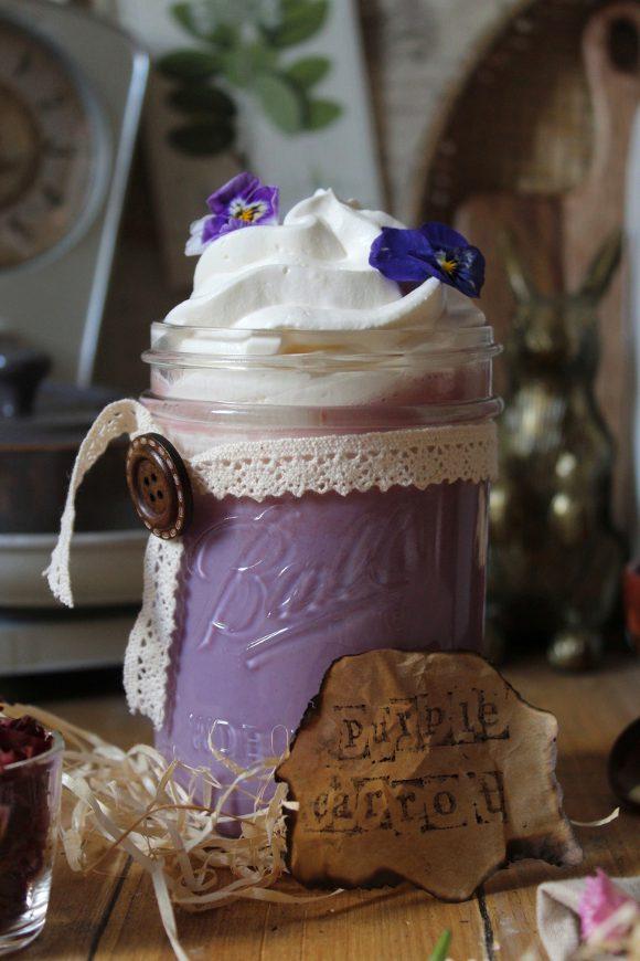 Latte caldo alle carote viola e cioccolato bianco