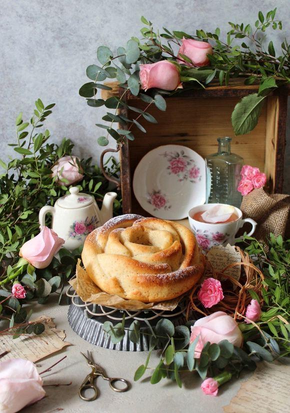 Ciambella a forma di rosa mandorle limone e acqua di rosa vegan