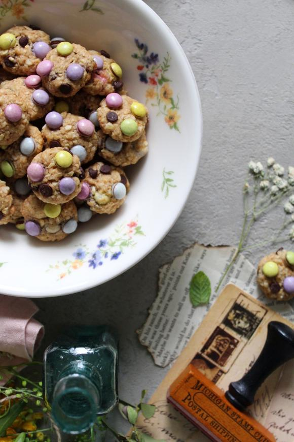 Cereali monster cookies con fiocchi d'avena, gocce e confetti di cioccolato senza uova