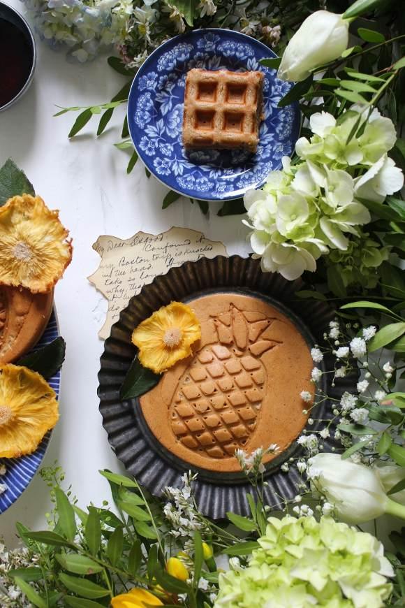 Waffles hummingbird a forma di ananas con banana ananas e noci pecan vegan