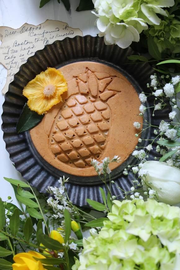 Mini Waffle hummingbird a forma di ananas con banana ananas e noci pecan vegan