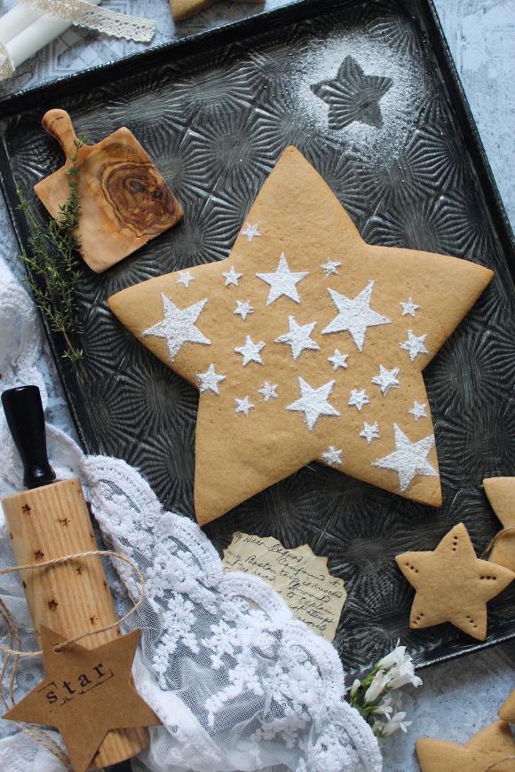 Biscotti a forma di stella al caffè senza uova senza burro