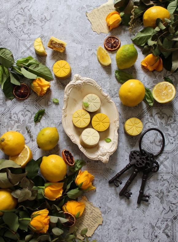 Crostatine a forma di spicchi di limone con cioccolato bianco e marmellata di limone senza uova senza burro