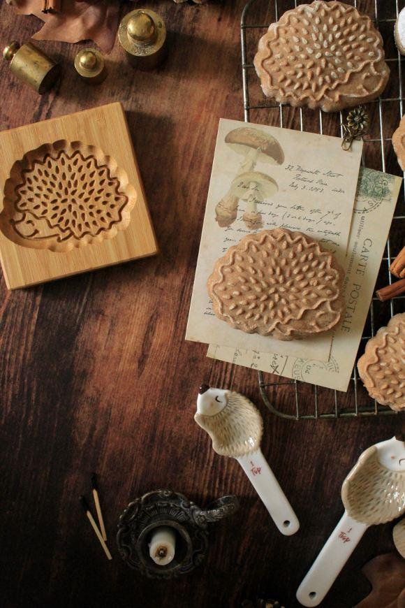 Biscotti a forma di Riccio alla castagna e cannella con miele di castagno senza uova senza burro