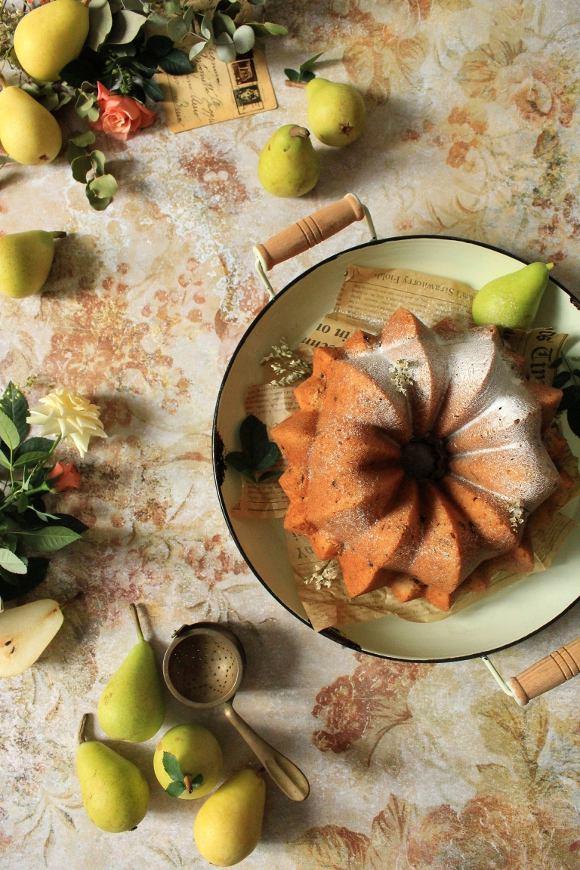 Ciambellone con farina di orzo purea di pera e gocce di cioccolato senza uova senza burro